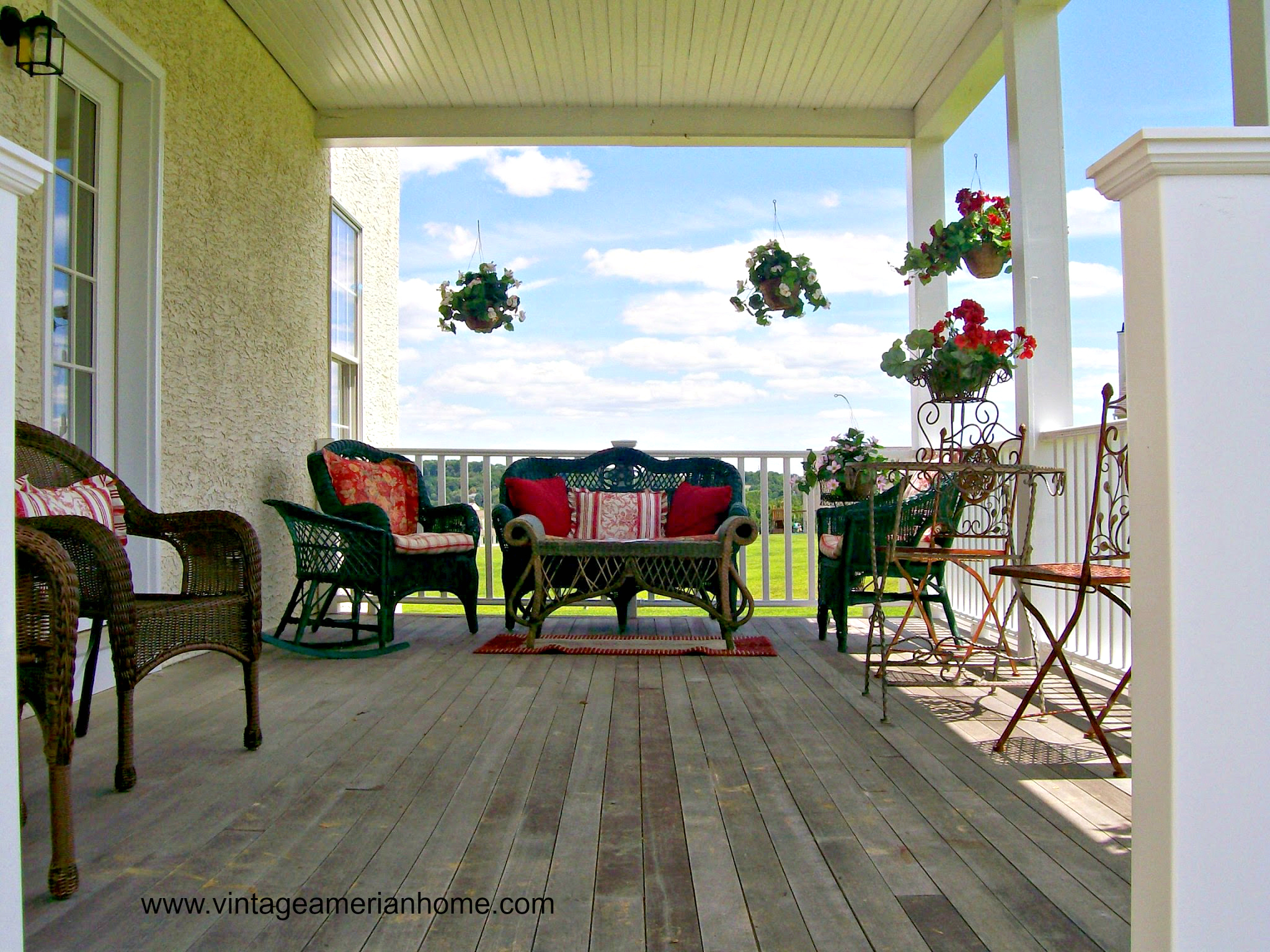 10 front porch decorating ideas vintage american home for Patio decoration images